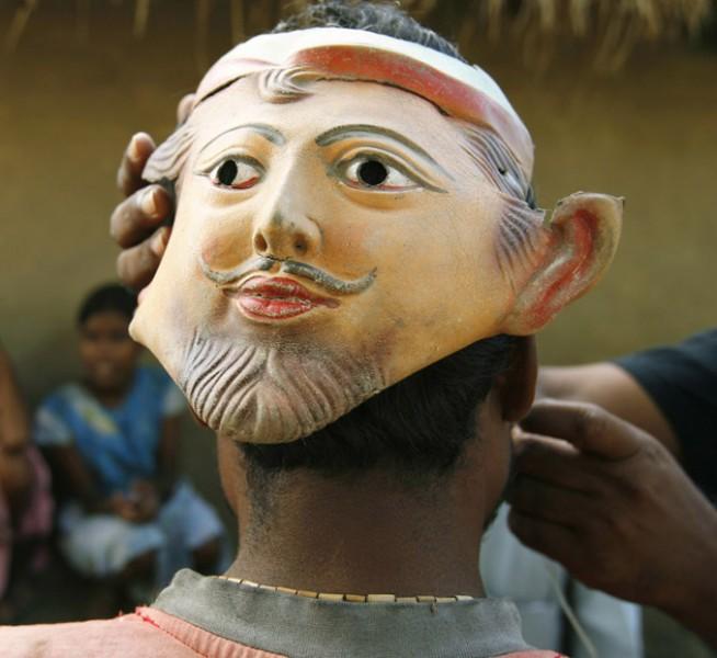 Tigristámadás ellen védő álarc Indiában (Forrás: http://weeklysciencequiz.blogspot.hu/2012/10/bengal-tigers-of-sundarbans)