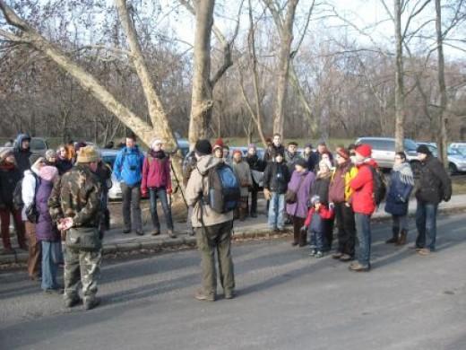 Gyülekezés a parkolóvab (Fotó: Balogh Katalin)