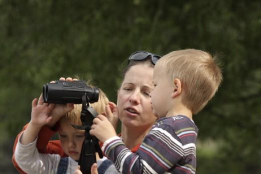 Anyuka a kisgyerekeinek mutatja meg a távcső használatát (Fotó: Orbán Zoltán).
