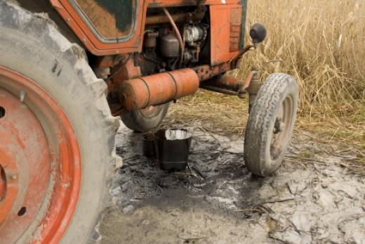 Olajfolyással szennyező traktor egy tó gátján (Fotó: Orbán Zoltán).