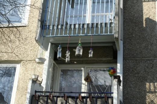 Pillepalackból készült etetők egy fővárosi lakótelep erkélyén (Fotó: Orbán Zoltán).