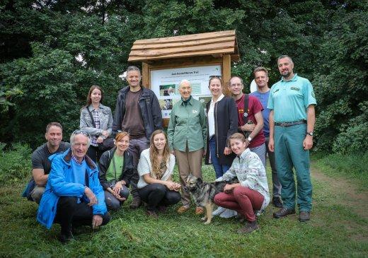 Jane Goodall a tanösvény megalkotóival (fotó: Balogh Boglárka)