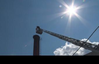 Létrás kocsival a kémény tetejére (A Devecseri Városi TV képe)