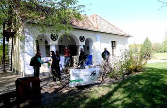 Ismerkedés a Puszta háza előtt (Fotó: Tokody Béla).