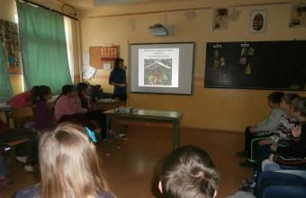 Madáretetős foglalkozás a szögligeti iskolában (Fotó: Litkei Krisztina)