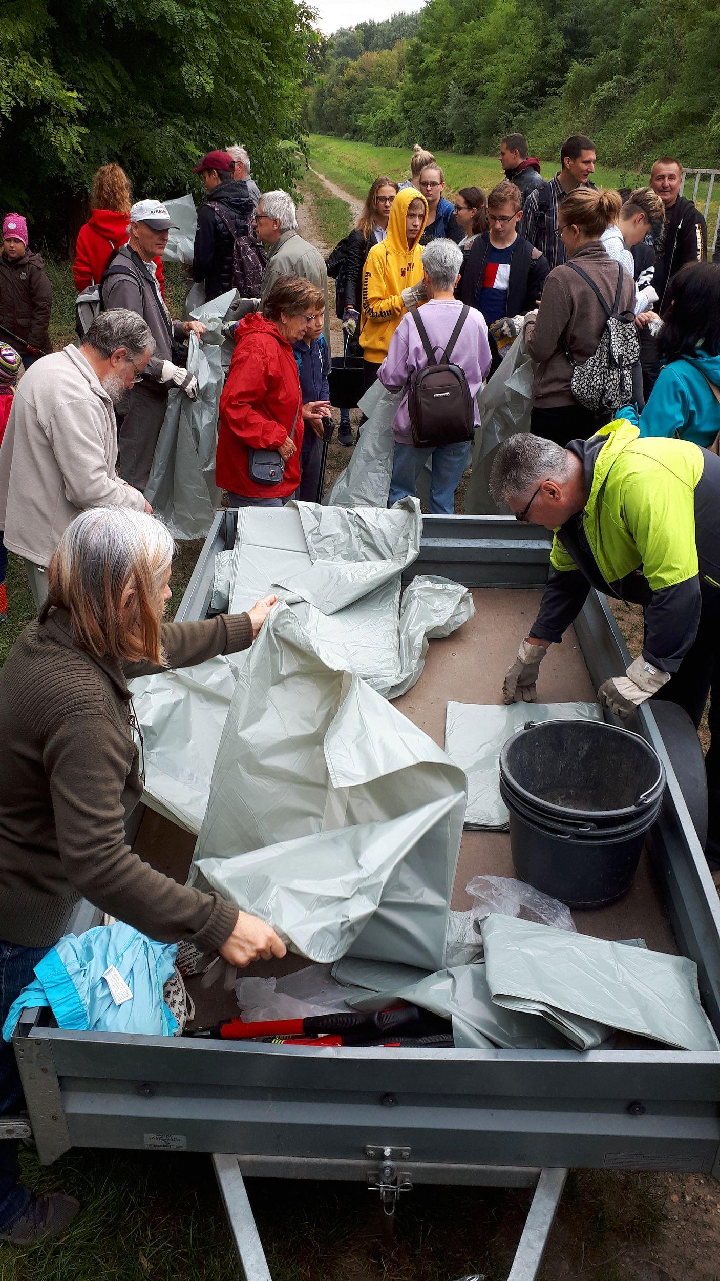 Az eligazítást követően szétosztásra kerültek az eszközök és a szemeteszsákok (Fotó: Bajor Zoltán)